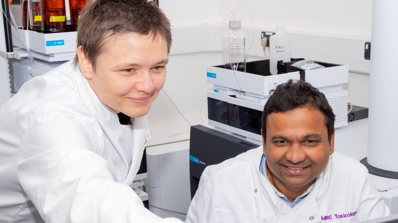 Los doctores Sonja Blasche y Kiran Patil.  (Unidad de Toxicología del MRC)
