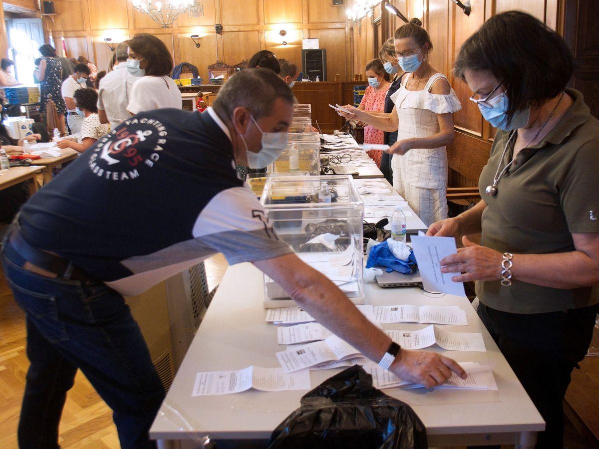Foto: Recuento de los votos del Censo Español de Residentes Ausentes (CERA) llevado a cabo en las últimas elecciones gallegas. (EFE)