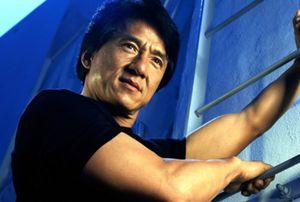 Foto: Pillan a Jackie Chan conduciendo un vehículo con matrícula militar para evitar pagar peajes