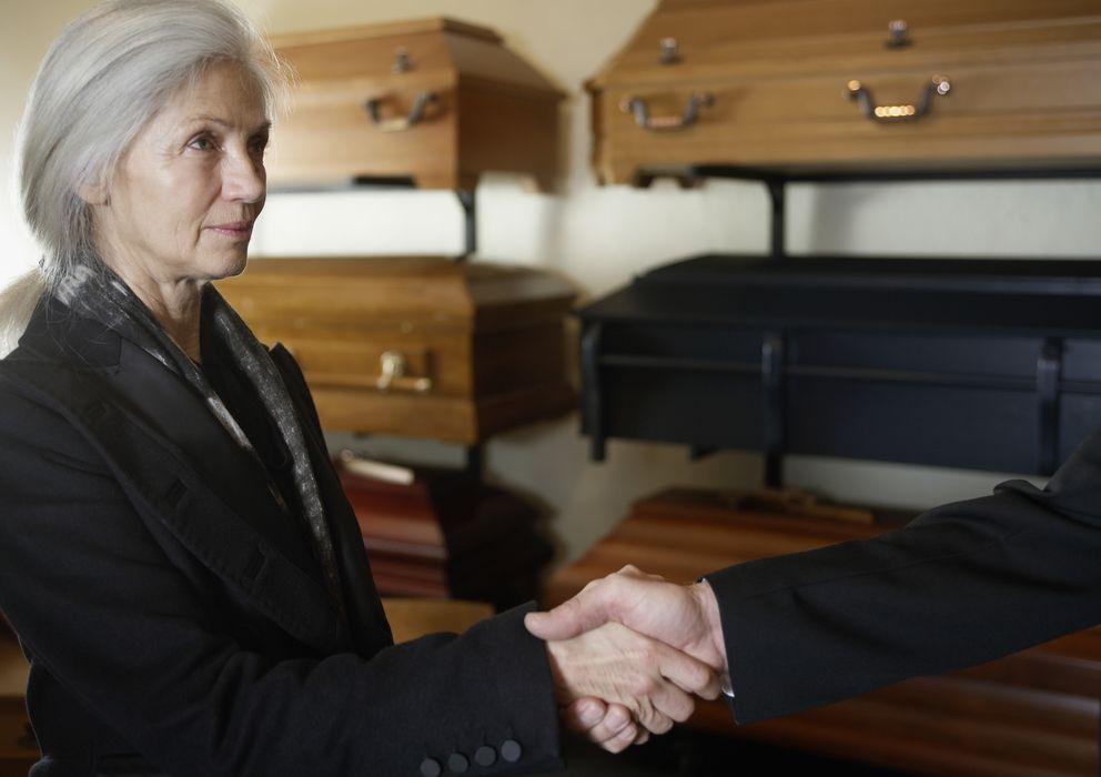 Foto: El coste medio de un funeral es de 3.500 euros frente a los 645,30 euros del salario mínimo. (Corbis)