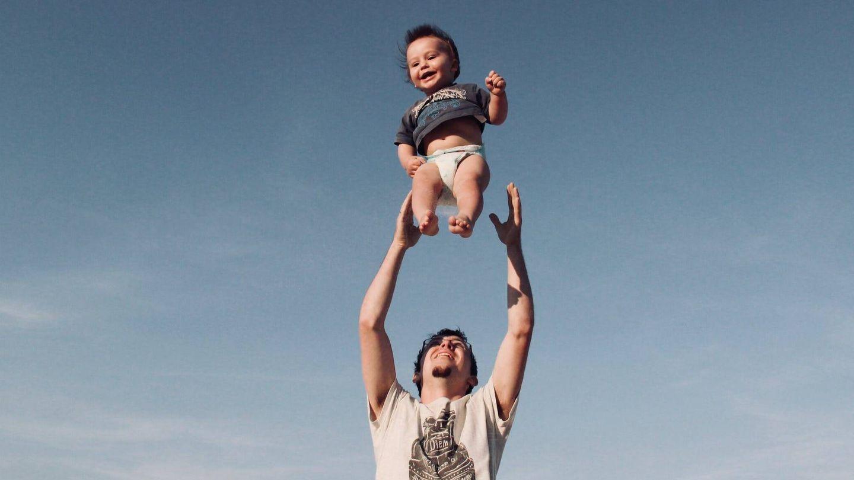 Padre e hijo disfrutando de las vacaciones. (Pexels)