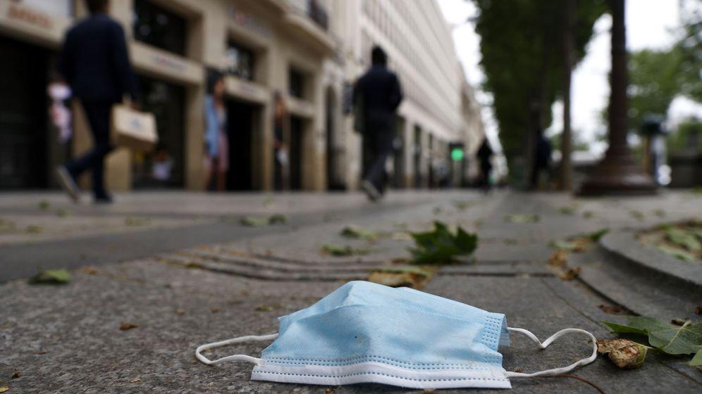 Foto: Mascarilla en el suelo de los Campos Elíseos, en París. (EFE)