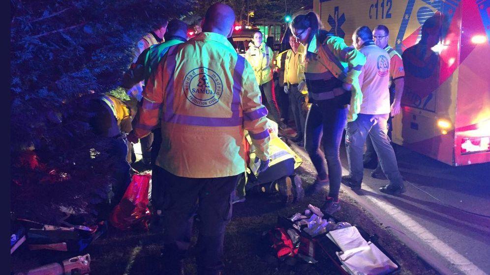Foto: Imagen de los servicios sanitarios tratando de reanimar a la mujer fallecida en Carabanchel por un atropello. (Emergencias Madrid)