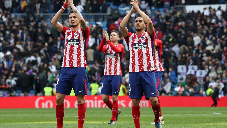 Saúl y Koke, aplauden a su afición en un partido con el Atlético de Madrid. (EFE)