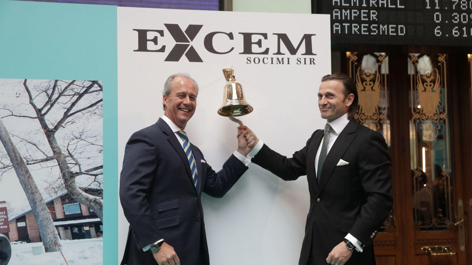 Foto: El presidente de la compañía Excem Socimi SIR, David Hatchwell (d), y el consejero delegado, Antonio Monchón, durante el toque de campana Excem Socimi SIR. (EFE)