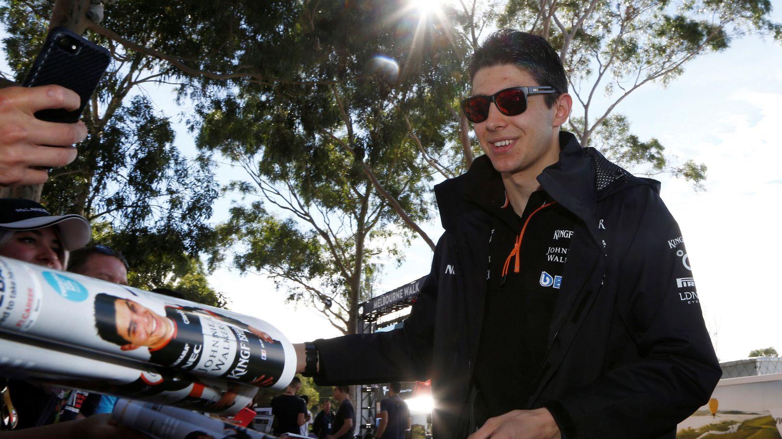 Foto: Ocon, firmando autógrafos en el Gran Premio de Australia. (REUTERS)