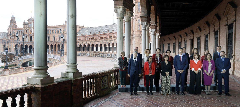 Foto: Pedro Sánchez posa con sus ministros en la plaza de España de Sevilla, antes de la reunión del Consejo, este 26 de octubre. (EFE)