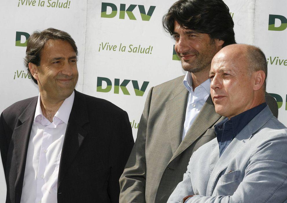 Foto: Corbalán (primero por la derecha) se deshace en elogios hacia el escolta catalán (EFE)