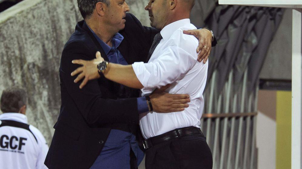 Foto: Joaquín Caparrós se saluda con Paco Jémez. (EFE)
