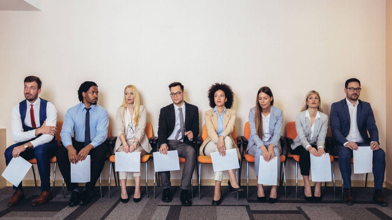 Varios candidatos esperando para una entrevista de trabajo (iStock)