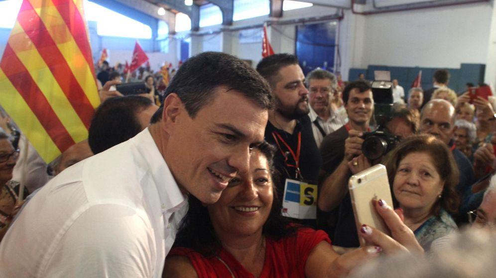 Foto: l líder del PSOE, Pedro Sánchez posa para un selfie en Tarragona. (EFE)