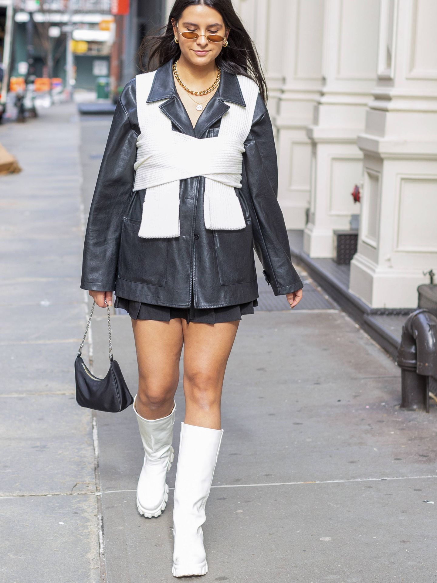 Look con botas blancas de suela track. (Imaxtree)