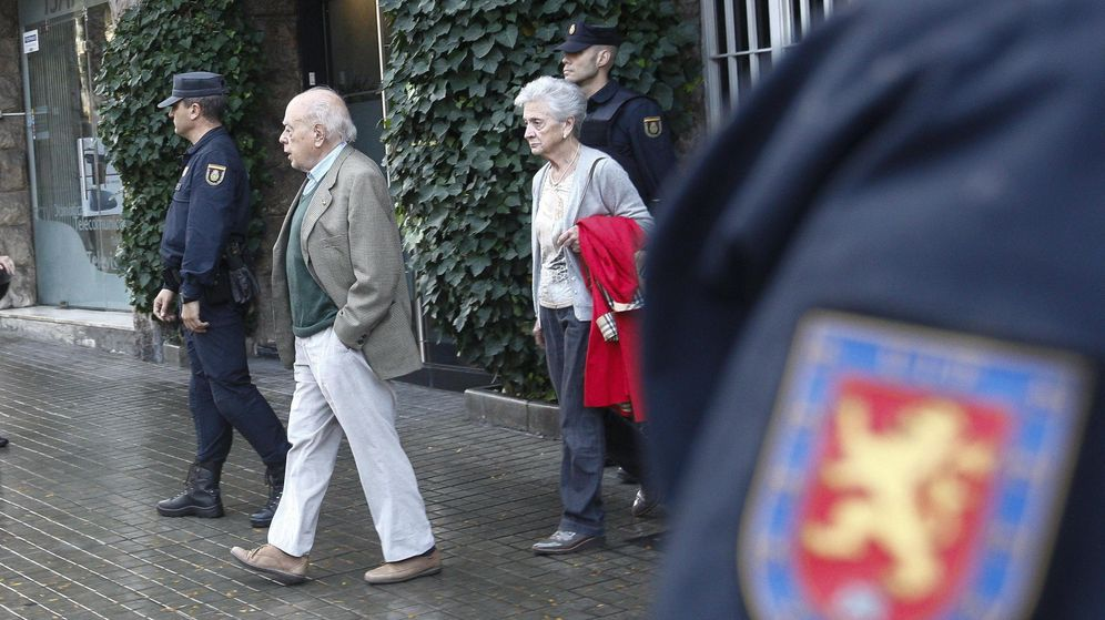 Foto:  El expresidente de la Generalitat, Jordi Pujol, y su esposa, Marta Ferrusola, salen de su domicilio, durante el registro de la UDEF. (EFE)