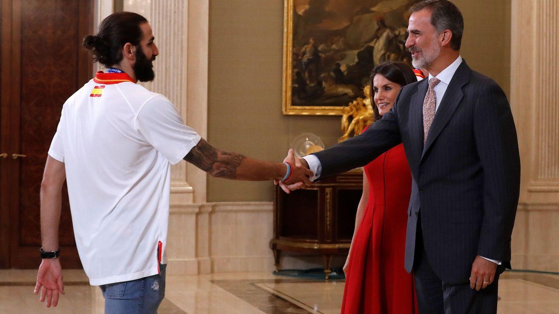 Los reyes Felipe y Letizia saludan al base de la selección española de baloncesto, Ricky Rubio. (EFE)