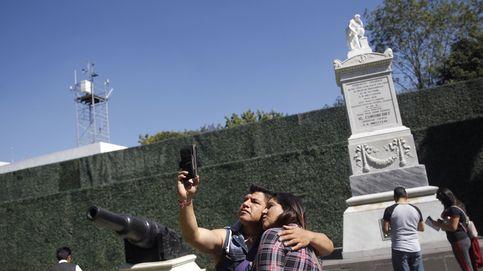Paseantes visitan Los Pinos en Ciudad de México
