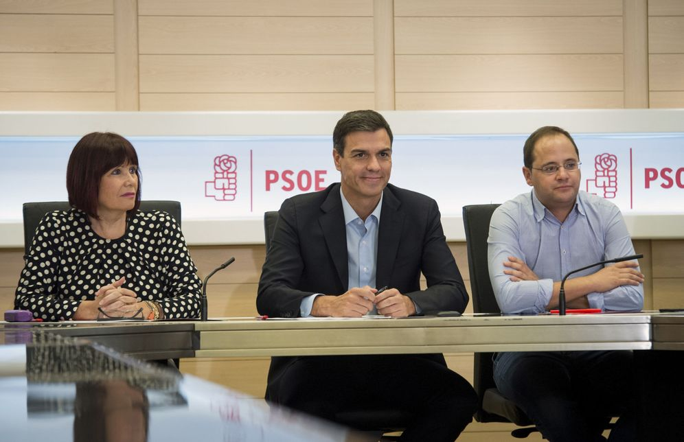 Foto: Pedro Sánchez, flanqueado por Micaela Navarro, presidenta del PSOE, y César Luena, secretario de Organización, en la reunión de la permanente del PSOE de este 26 de septiembre. (EFE)