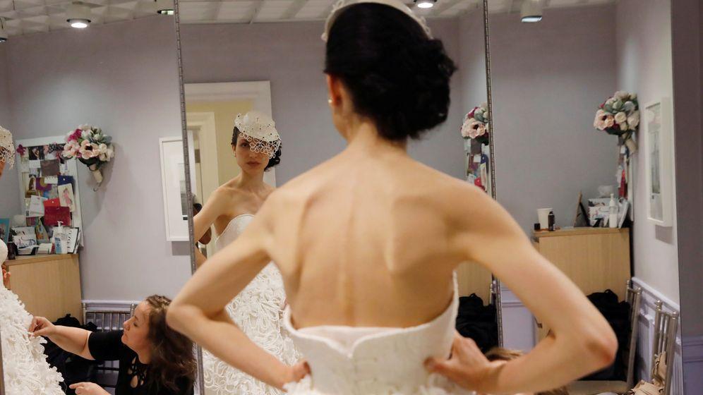 Foto: Imagen de archivo de una novia probándose su vestido. (Reuters)