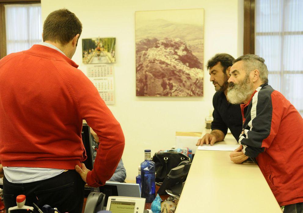 Foto: Juan Manuel Sánchez Gordillo en el registro del Parlamento andaluz (Efe)