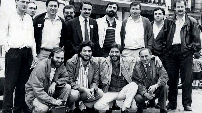 Aznar, con los periodistas que siguieron la campaña en las autonómicas de Castilla y León del 10 junio de 1987, entre ellos, Miguel Ángel Rodríguez (agachado, el segundo). (EFE)