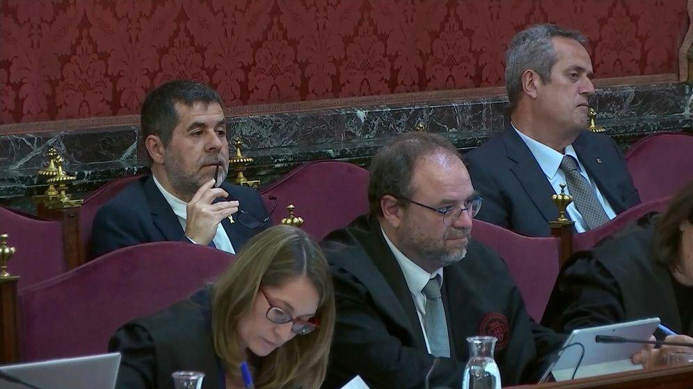 Foto: Imagen tomada de la señal institucional del Tribunal Supremo del exconsejero del Interior Joaquim Forn (d) y el expresidente de ANC Jordi Sànchez (i), durante una nueva jornada del juicio. (EFE)