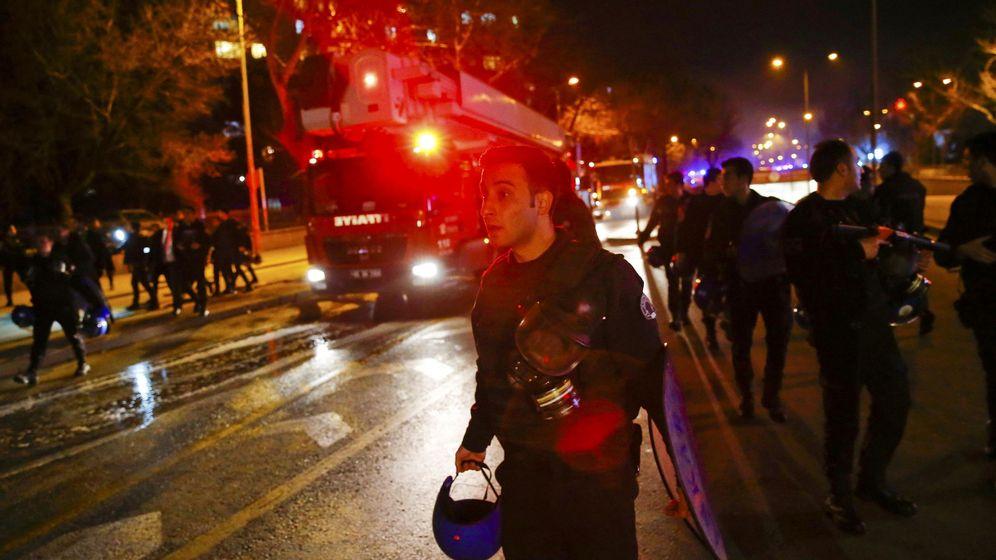 Foto: Equipos de emergencia en la zona de la explosión en Ankara, el 17 de febrero de 2015. (Reuters)