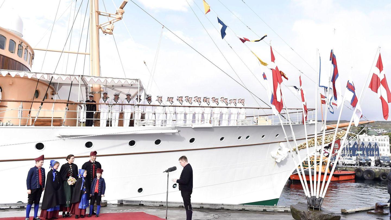 El príncipe Federico y su familia posan a su llegada a las Islas Feroe. (EFE)
