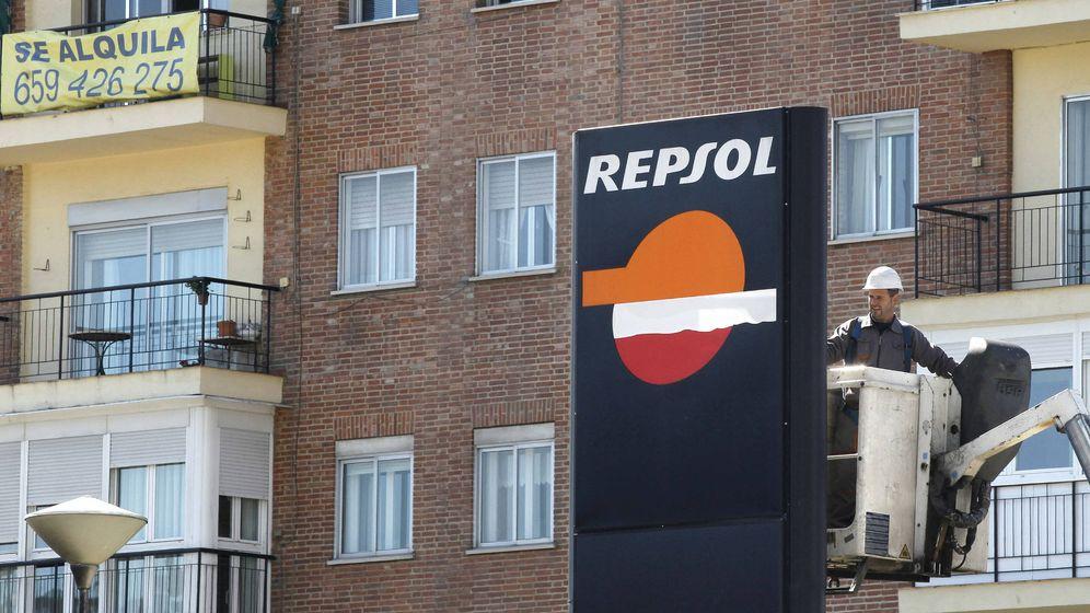 Foto: Un operario trabaja en un panel de Repsol (EFE)