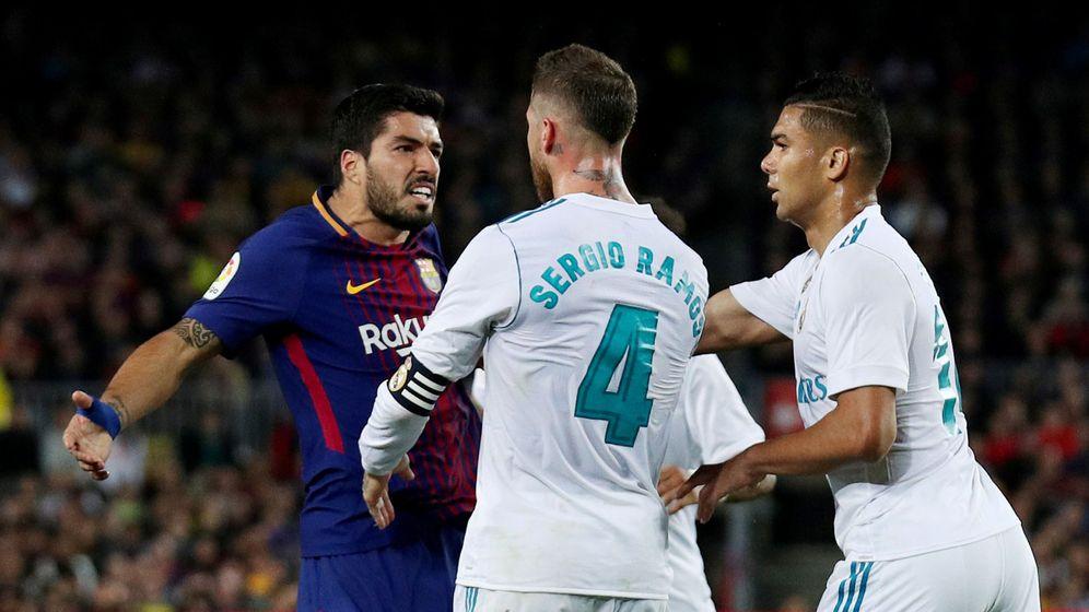 Foto: Suárez discute con Ramos y Casemiro en el Clásico. (Reuters)