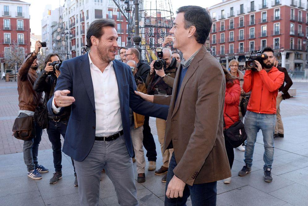 Foto: Pedro Sánchez saluda al alcalde de Valladolid y portavoz de la ejecutiva federal, Óscar Puente, este 16 de noviembre en la capital castellanoleonesa. (EFE)