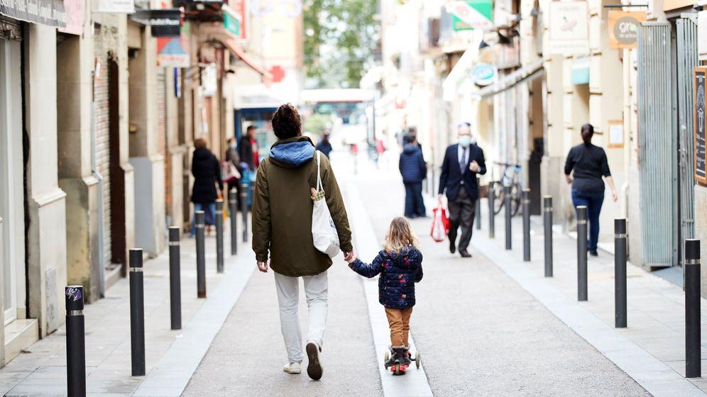Foto: Un hombre pasea con una niña por Barcelona (EFE)