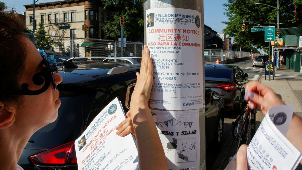 Foto:  Los miembros de la comunidad colocan panfletos mientras que se preparan para una ola de redadas de deportación en los Estados Unidos por parte de agentes de Inmigración y Aduanas en Brooklyn, Nueva York. (Reuters)
