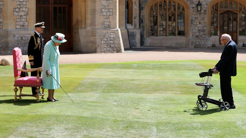 La reina Isabel y Tom Moore, en el acto  de investidura. (Reuters)