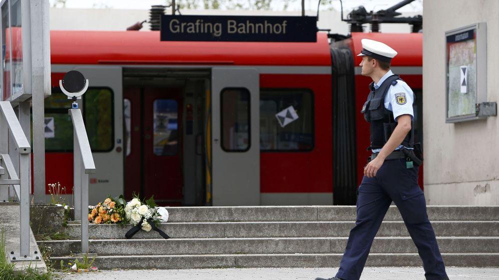 Foto: Un policía pasa delante de unas flores depositadas tras un ataque a cuchillo en un tren al sureste de Múnich, en mayo de 2016. (Reuters)