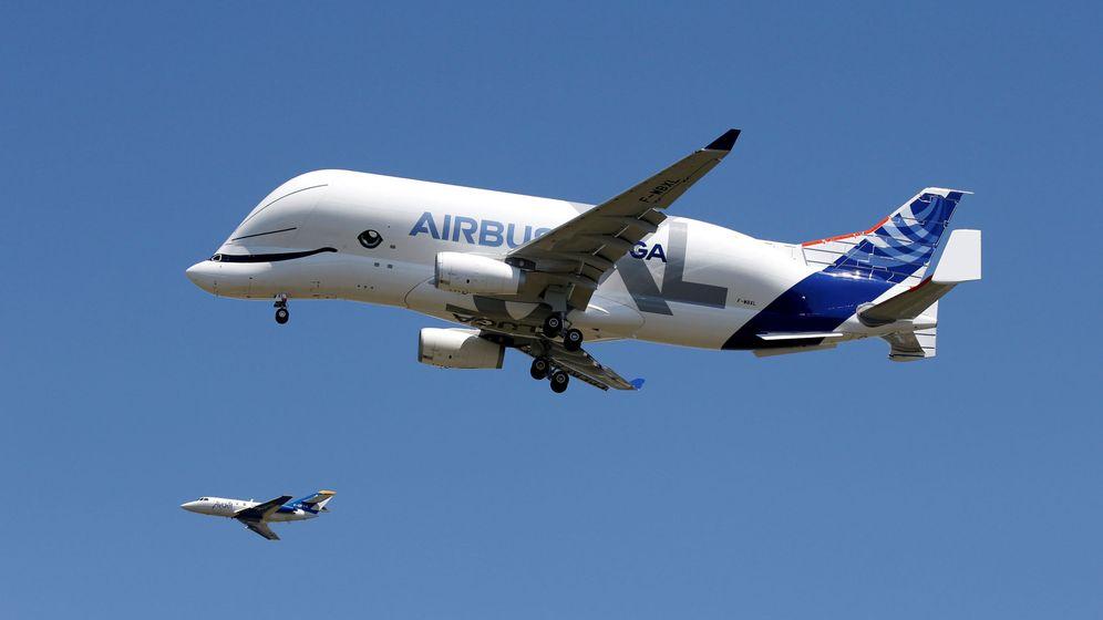 Foto: El Airbus Beluga XL planea junto a otro avión de tamaño normal   Reuters