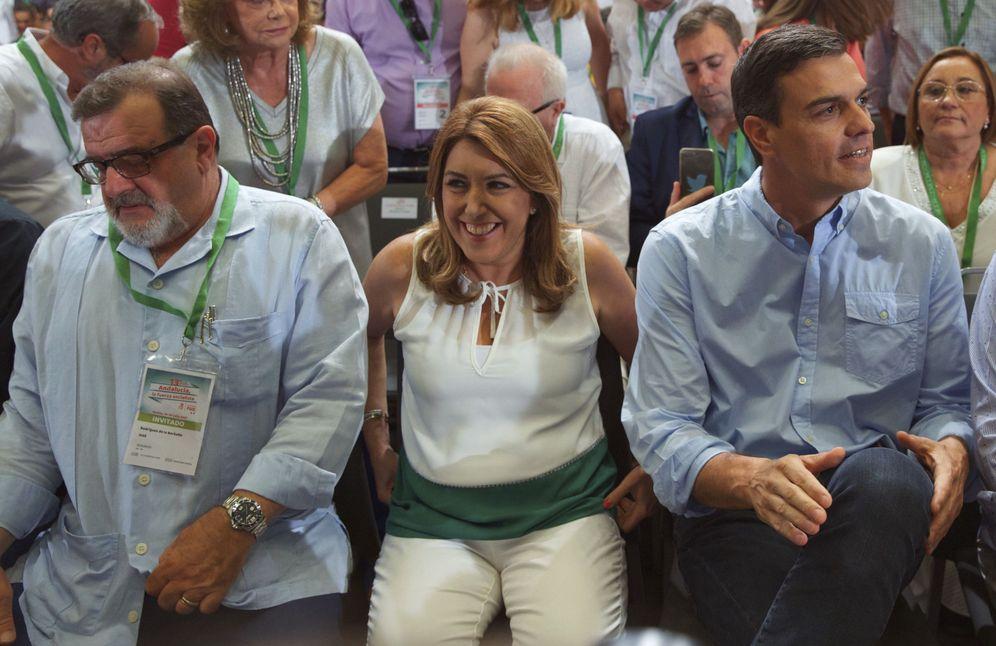 Foto: José Rodríguez de la Borbolla (i), junto a Susana Díaz y Pedro Sánchez, el pasado 30 de julio en el último congreso del PSOE-A, en Sevilla. (EFE)
