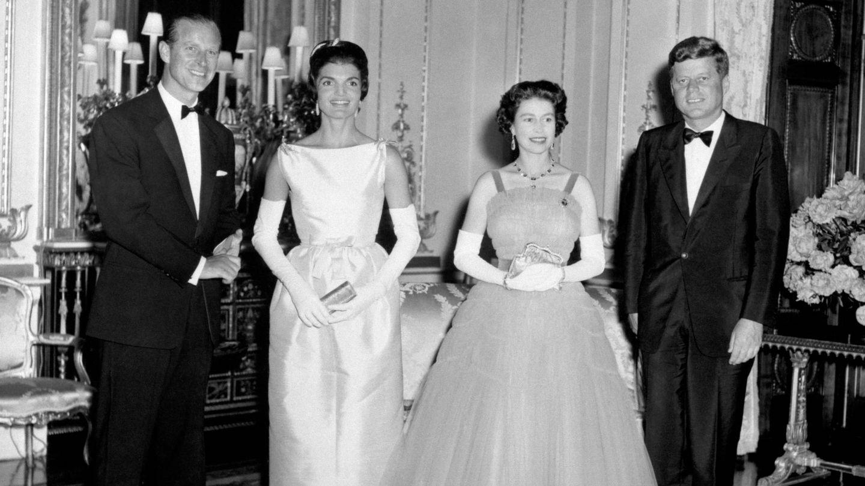 Isabel II y el duque de Edimburgo, con el matrimonio Kennedy en Buckingham. (Cordon Press)