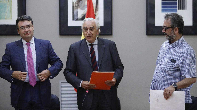 El presidente del CES y árbitro, Marcos Peña, flanqueado por Emilio García Perulles, director de Eulen, y Juan Carlos Giménez, asesor del comité de huelga. (EFE)