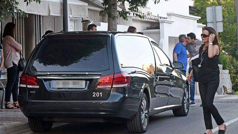 La familia de David Delfín hace piña a la llegada de sus restos mortales a Marbella