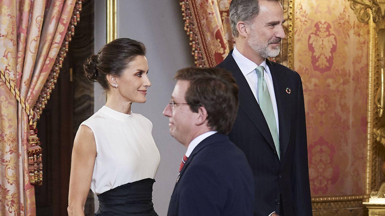 El alcalde de Madrid, junto a los Reyes de España en 2019. (Getty)