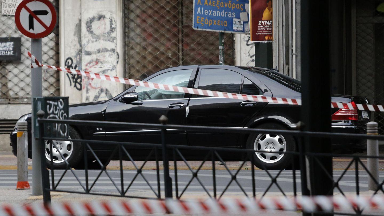 El coche de Papademos tras el incidente. (Reuters)