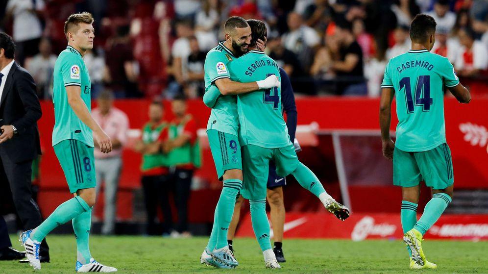 Foto: Benzema y Sergio Ramos en el Sánchez Pizjuán. (Reuters)