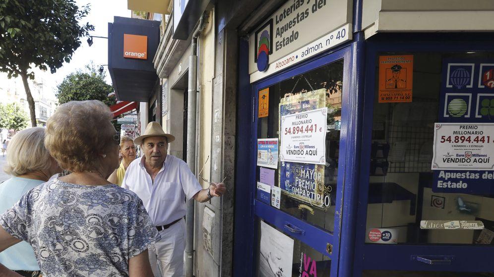 Foto: Imagen de archivo de una administración de Lotería en Sevilla (EFE)