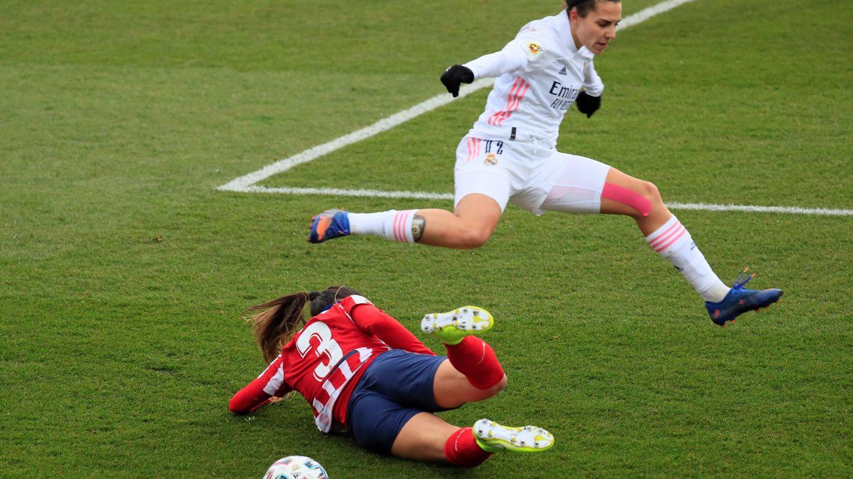 La defensora italiana del Atlético de Madrid, Alia Guagni, se lanza al suelo ante la delantera del Real Madrid, Marta Cardona, durante el partido. (Efe)