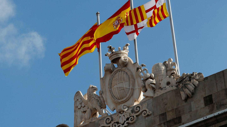 Las banderas de España, la 'senyera' y la de Barcelona ondean en el ayuntamiento de la capital catalana. (Reuters)