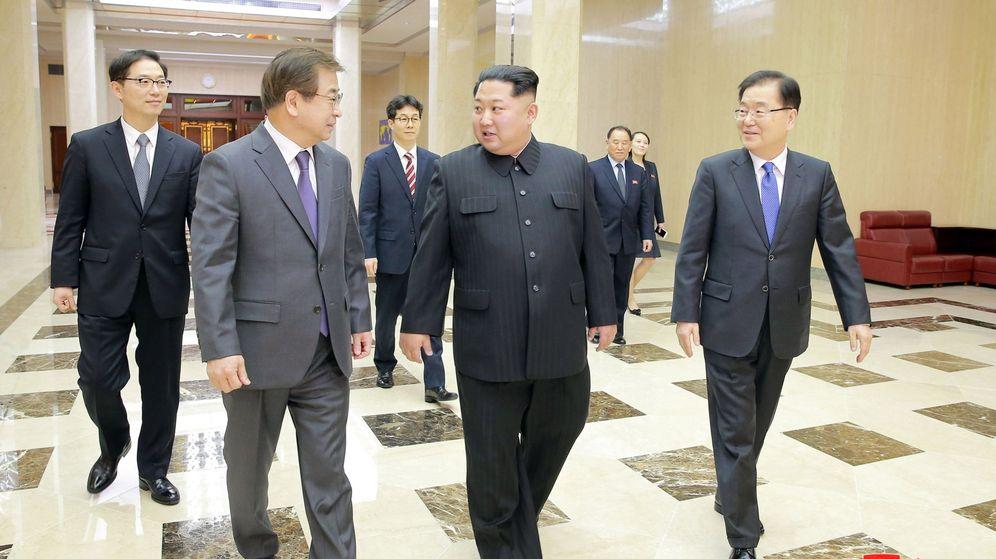 Foto: El líder de Corea del Norte Kim Jong-un (c) mientras conversa con el jefe de la Oficina de Seguridad Nacional presidencial de Corea del Sur Chung Eui-yong. (EFE)
