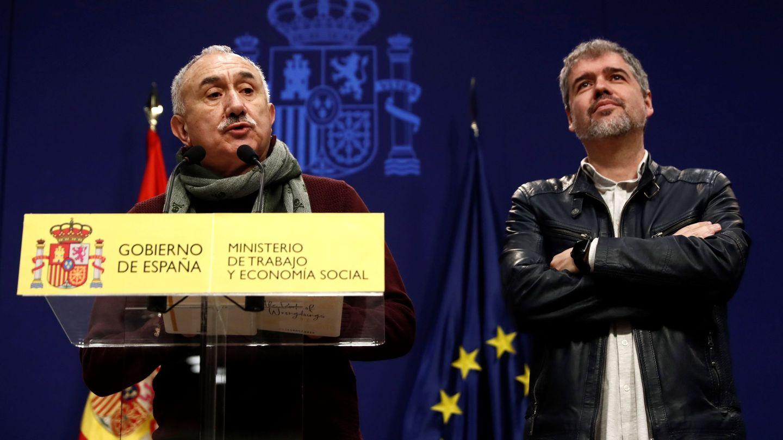 Los representantes de CCOO, Unai Sordo (d), y de UGT, Pepe Álvarez, tras el acuerdo. (EFE)