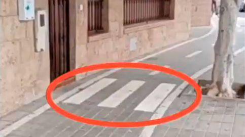 Cortan la salida de su casa con un carril bici y le ponen un paso de cebra