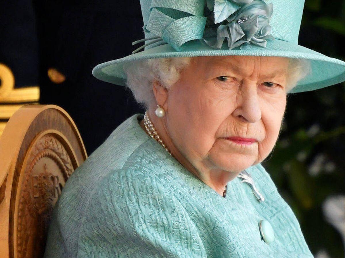 Foto: Isabel II asistiendo al 'Trooping the Colour 2020' sin su familia. (Getty)