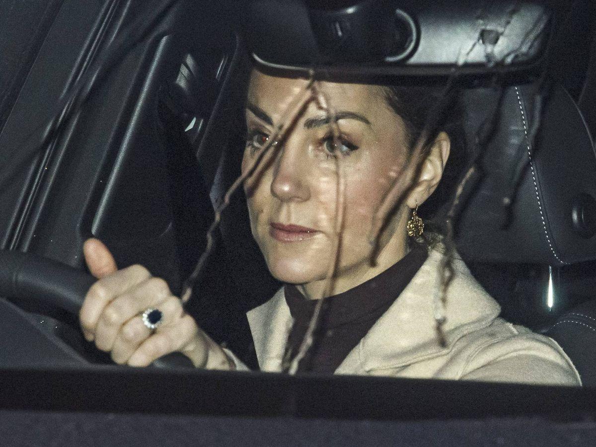 Foto: Kate Middleton conduciendo la mañana de este lunes. (Cordon)