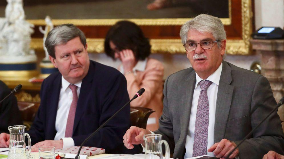 Foto: Juan Manuel Bonet, director del Instituto Cervantes (izquierda), junto al ministro de Exteriores, Alfonso Dastis, del que depende orgánicamente. (EFE)